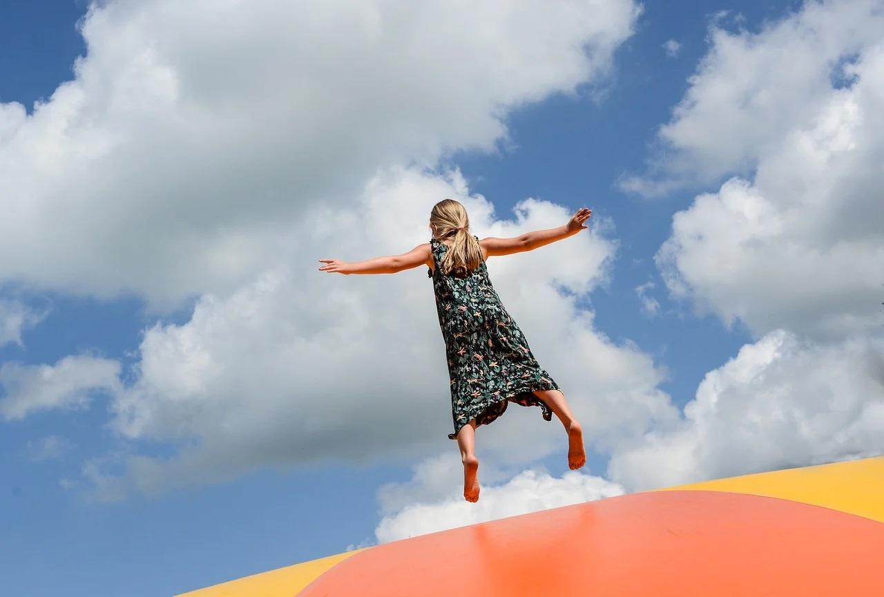 Děvče skáče