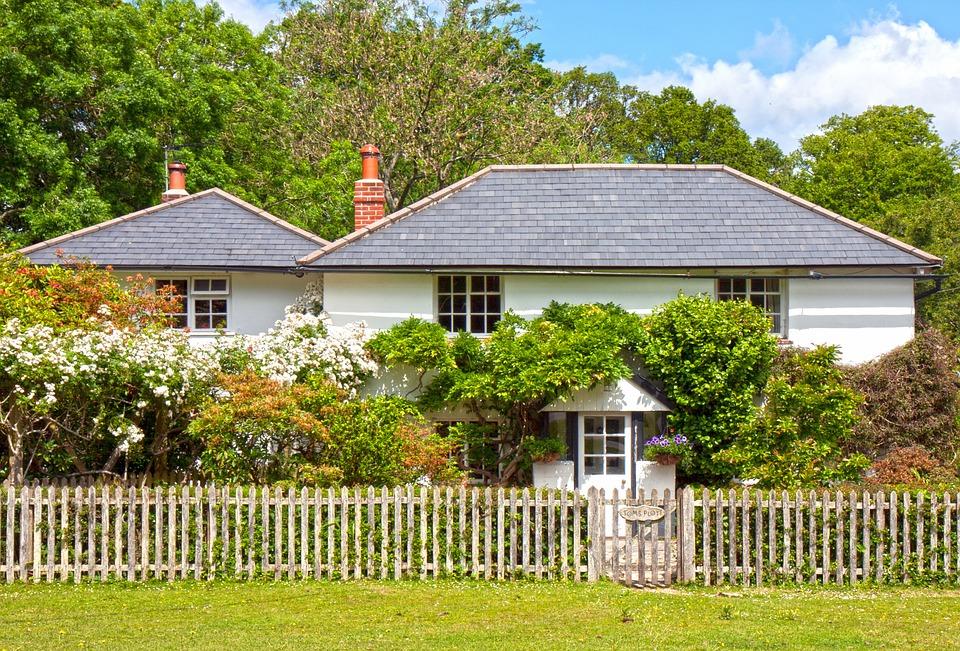 dům s plotem ze dřeva