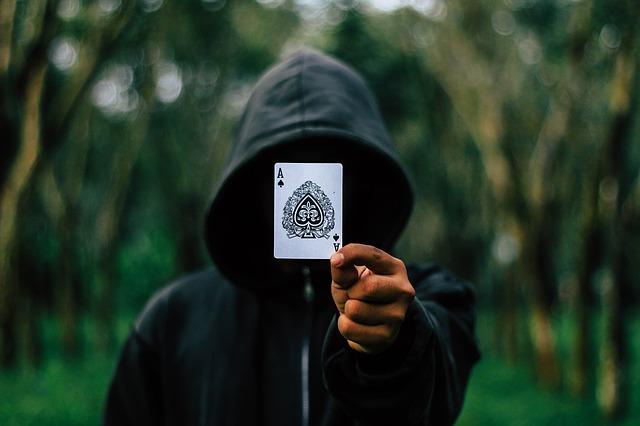 karta před obličejem.jpg