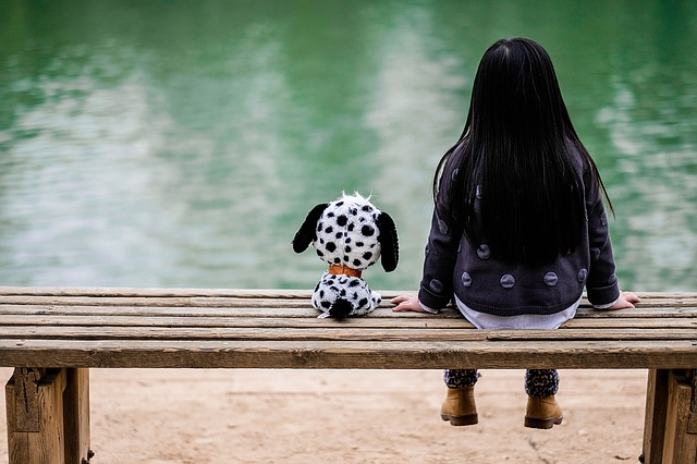 dívka s plyšákem u vody