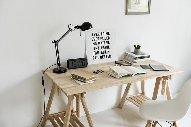 dřevěný stůl a lampa