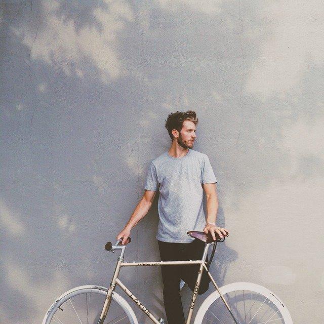 Muž, kolo, zeď