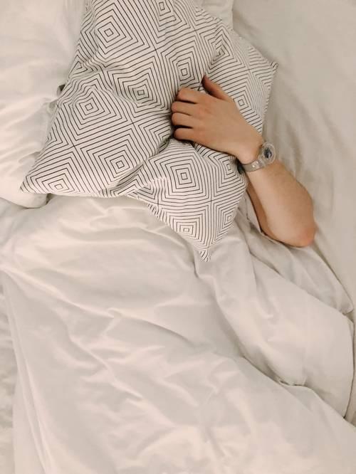 postel polštář